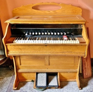 Vintage Beckwith Organ Co Oak Pump Organ